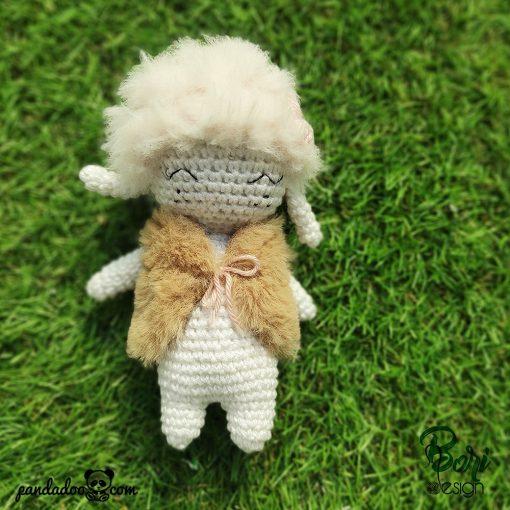 Horgolt figura, bárányka mellényben